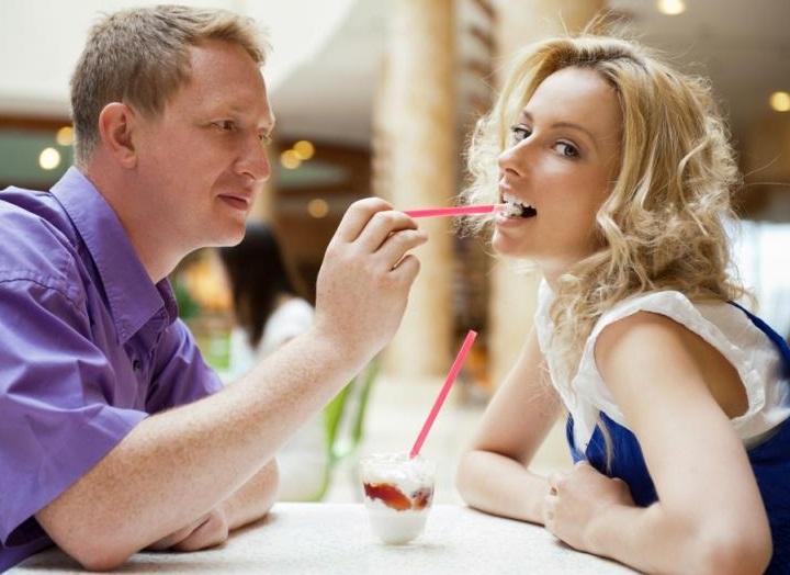 мужчина берет в рот при женщине фото