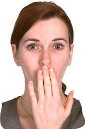 Жест прикрывает рот рукой во время своего высказывания